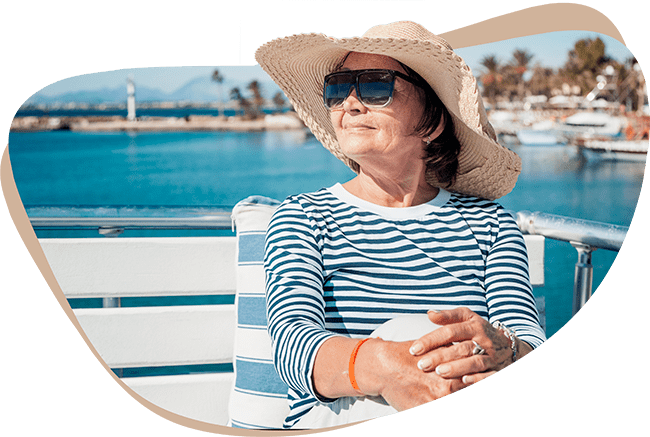 Marianne König, zufriedene Kundin der Deutschen Teilkauf genießt ihren Urlaub nach einem erfolgreichen Immobilien-Teilverkauf mit Nießbrauchrecht.