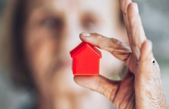 Ältere Eigenheimbesitzer machen sich Sorgen um ihre Lebenshaltungskosten. Der Immobilien-Teilverkauf kann helfen