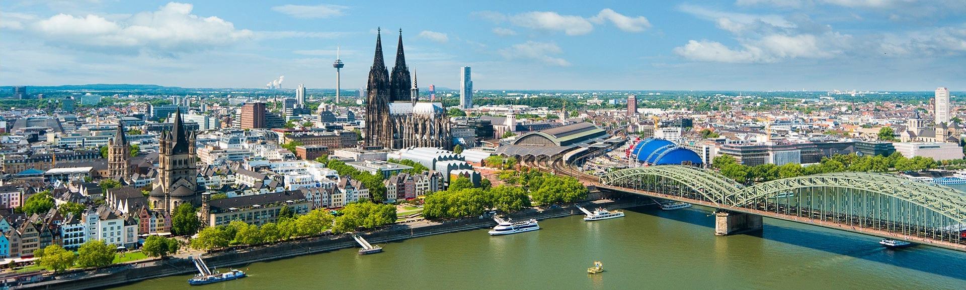 Blick über den Raum auf den Kölner Dom