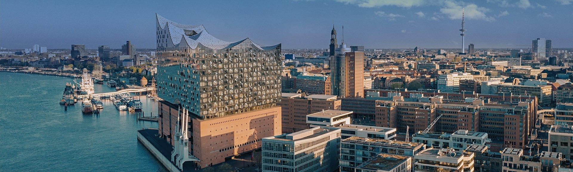Blick über Hamburger Elbe und Elbphilharmonie