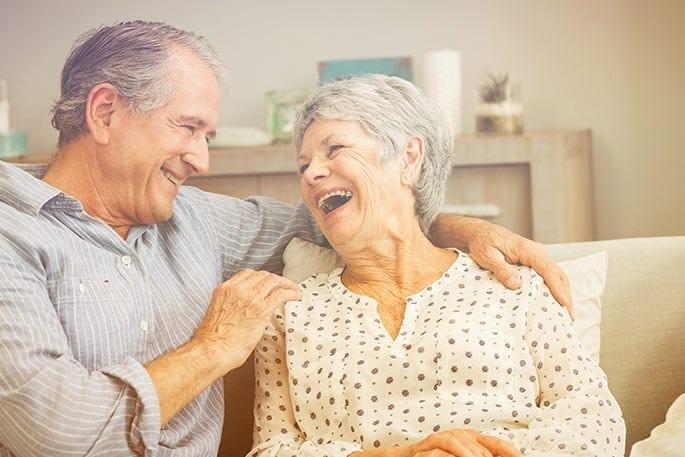 Rentnerpaar freut sich über die Sofortauszahlung nach Teilverkauf