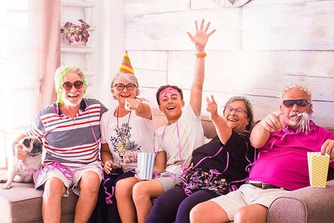 Rentnerpaar feiert mit Enkel und Freunden die finanzielle Freiheit dank Immobilien-Teilverkauf