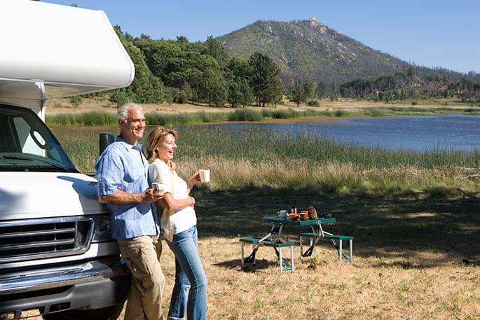 Ehepaar genießt den Camperurlaub dank Immobilien-Teilverkauf