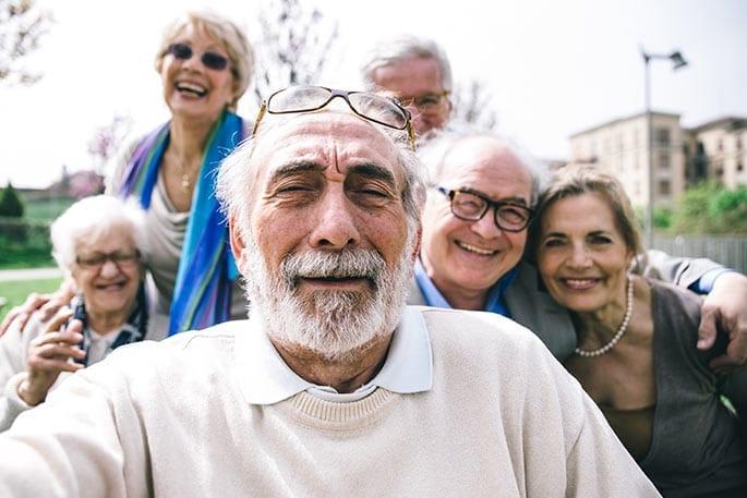 fröhliche Rentnergruppe freut sich über einen erfolgreichen Teilverkauf