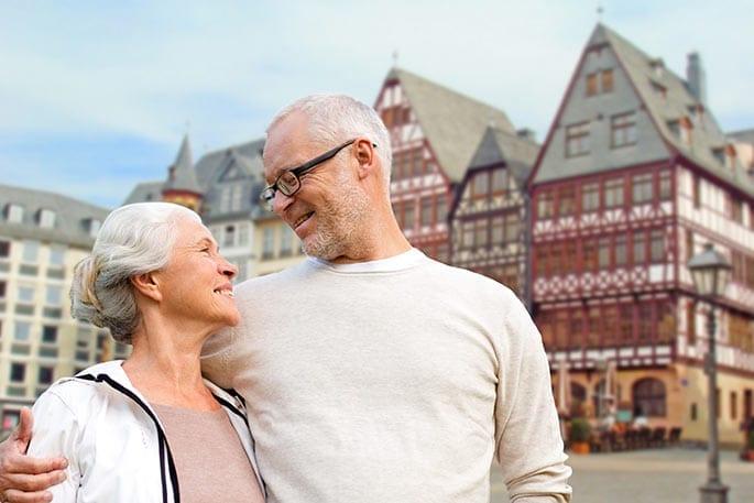 Älteres Teilverkaufs-Paar vor dem Frankfurter Römer