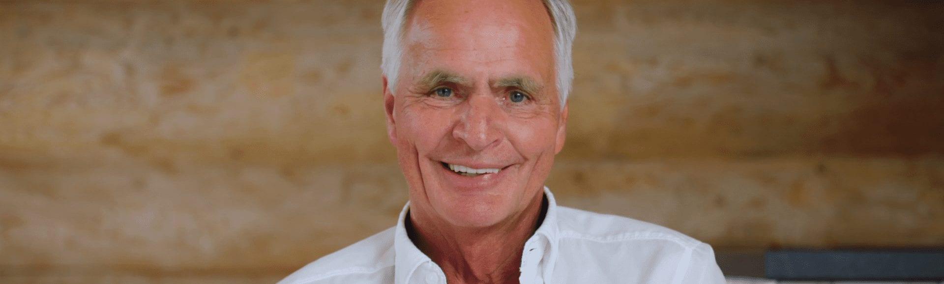 Herr Fröhlich freut sich über den erfolgreichen Teilverkauf seiner Immobilie