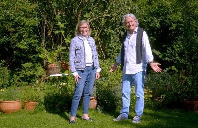 Familie Grünwald freut sich im Garten über den Immobilien-Teilverkauf mit Nießbrauchrecht