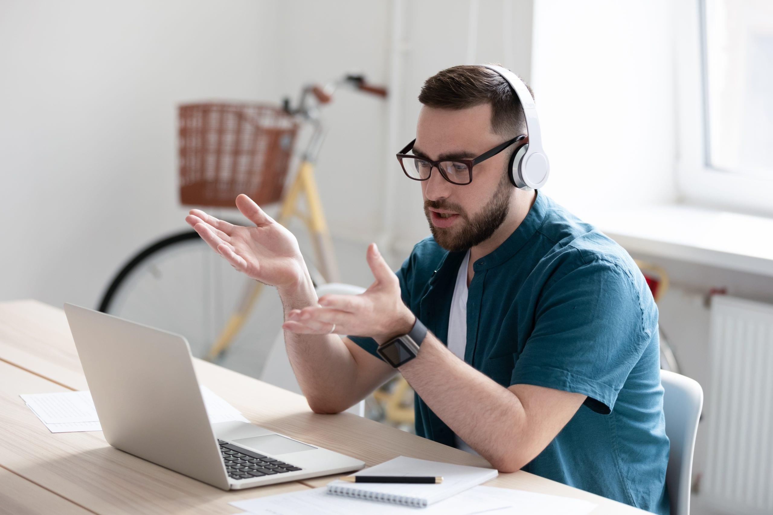 Technischer Manager der Deutschen Teilkauf bespricht Online-Strategien am Laptop