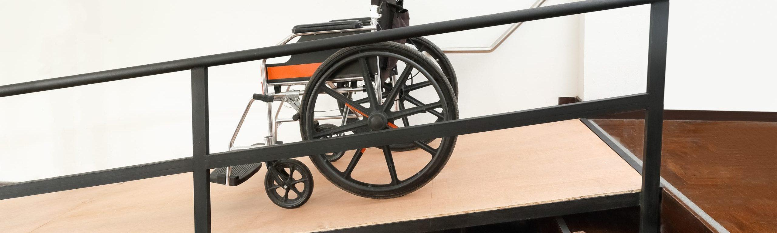 Rollstuhl auf einer Rampe