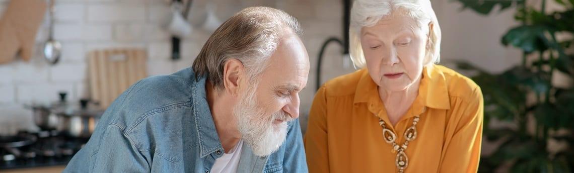 Älteres Paar informiert sich über die Immobilienleibrente.