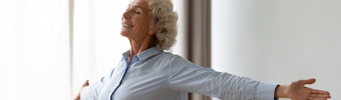 Rentnerin genießt Ihre Flexibilität beim Hausverkauf dank Vorkaufsrecht.