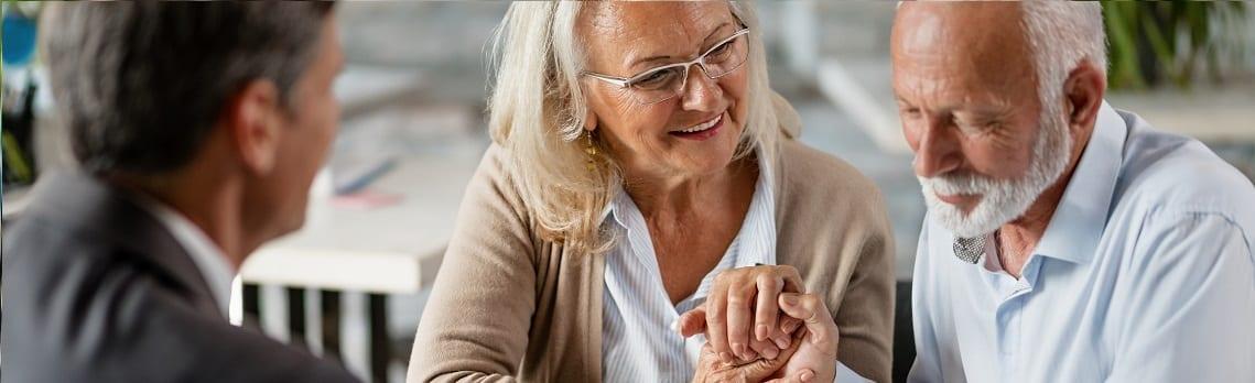 Älteres Paar lässt sich von Anwalt zu Wohnrecht und Nießbrauchrecht beraten