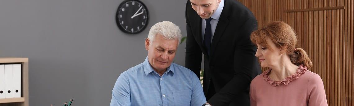 Junger Anwalt berät Senioren zum Zuwendungsnießbrauch