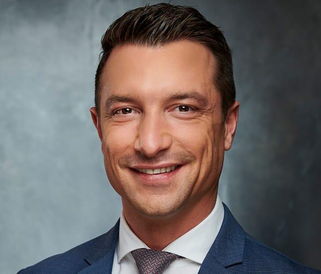 Das Porträtfoto von Marian Kirchhoff, dem Geschäftsführender Gesellschafter der Deutsche Teilkauf GmbH.