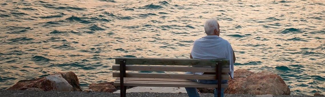 Rentner auf Bank mit Seeblick_See_Streamingdienste für Senioren