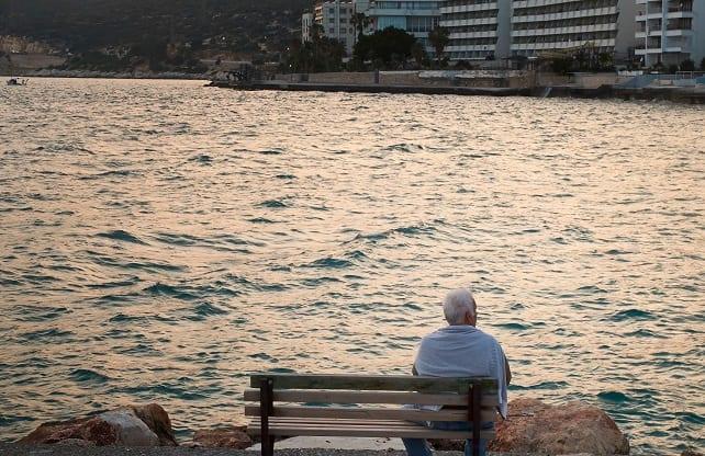 Rentner sitzt auf Bankd_Streamingdienste für Senioren
