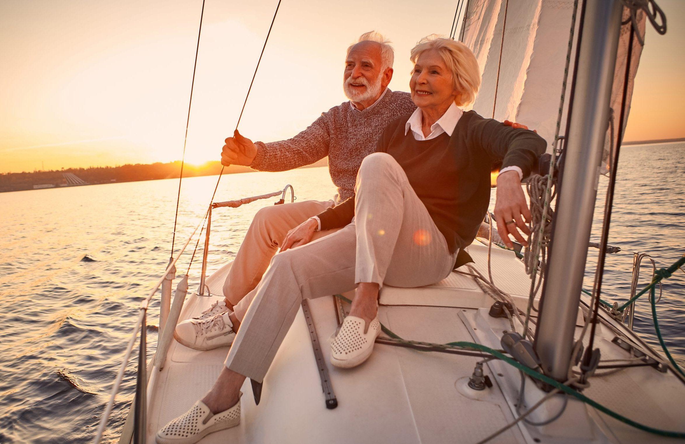 Glückliches Senioren-Ehepaar verliebt auf einem Segelboot.
