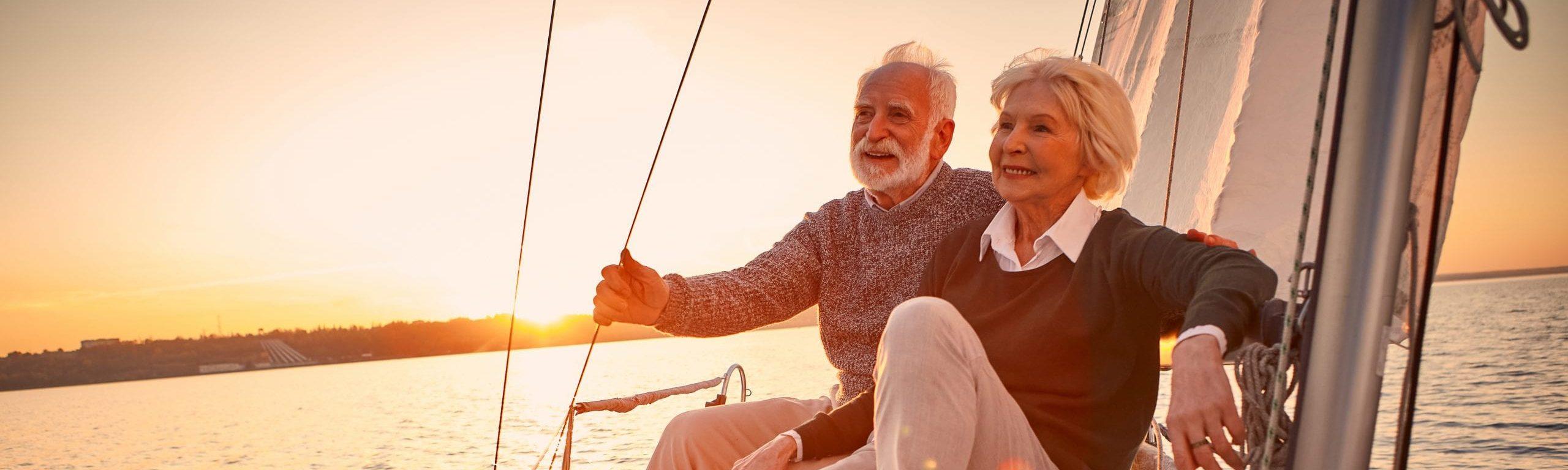Glückliches Senioren-Ehepaar auf einem Segelboot.
