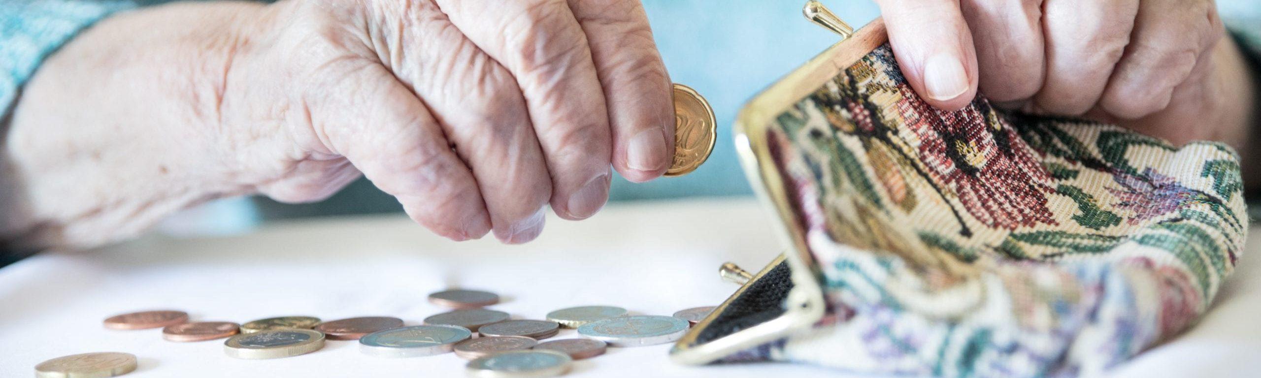 Seniorin zählt ihr Geld.