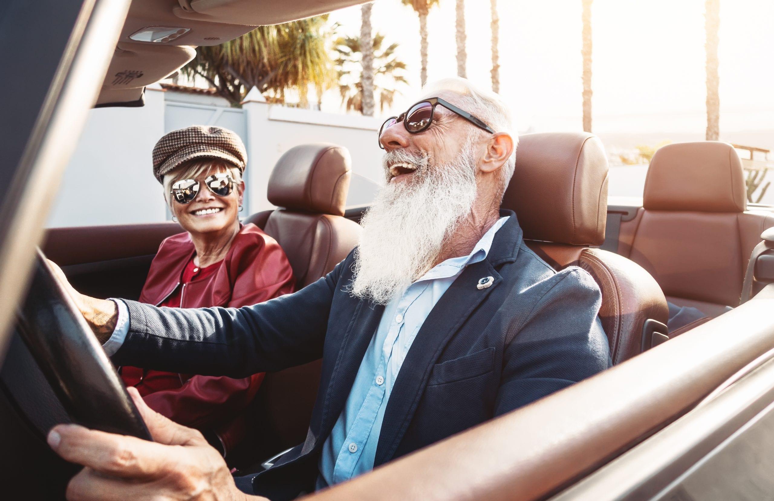 Glückliches Ehepaar auf Cabriofahrt