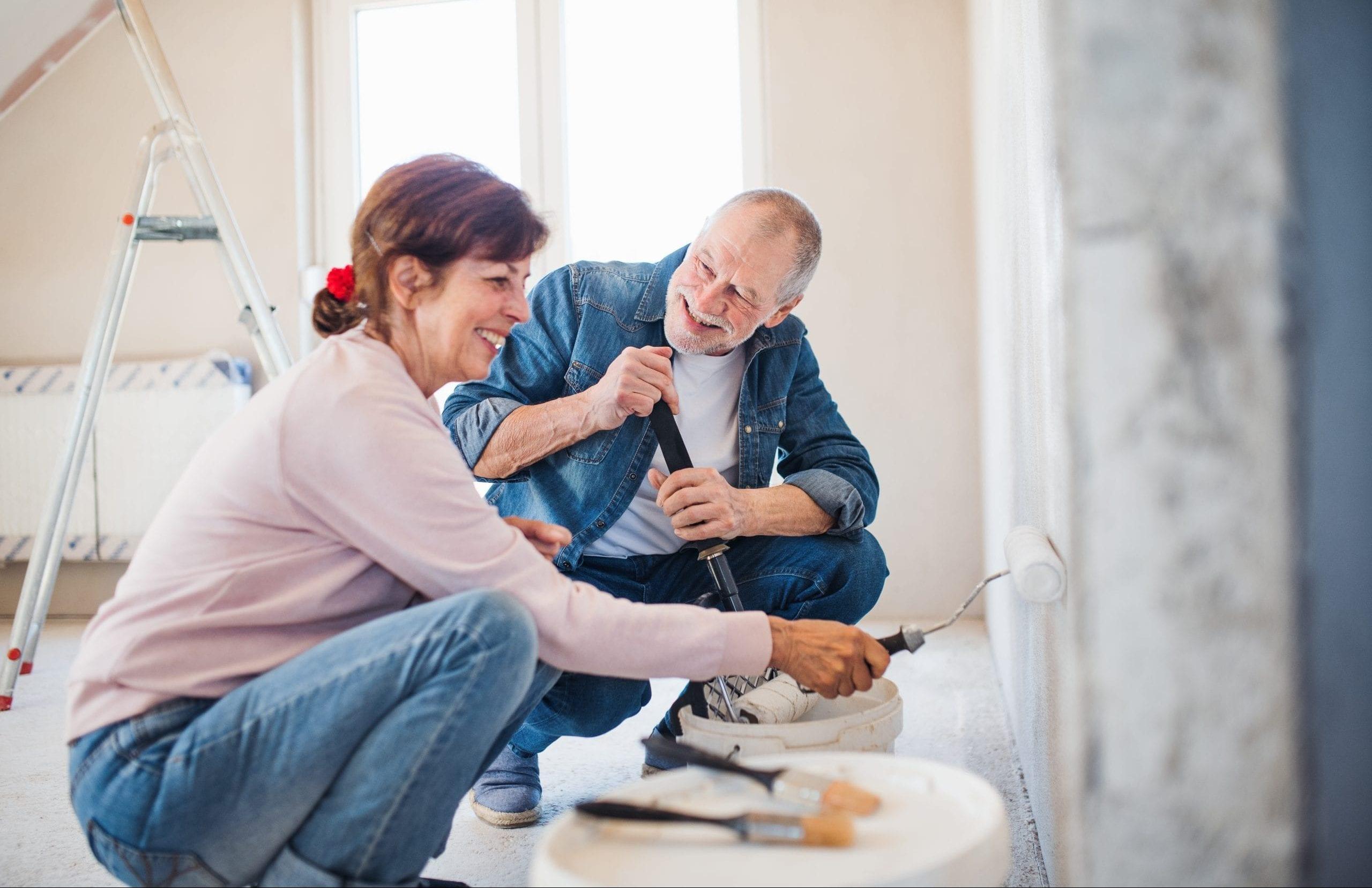 Ehepaar bei der Renovierung seines Eigenheims.
