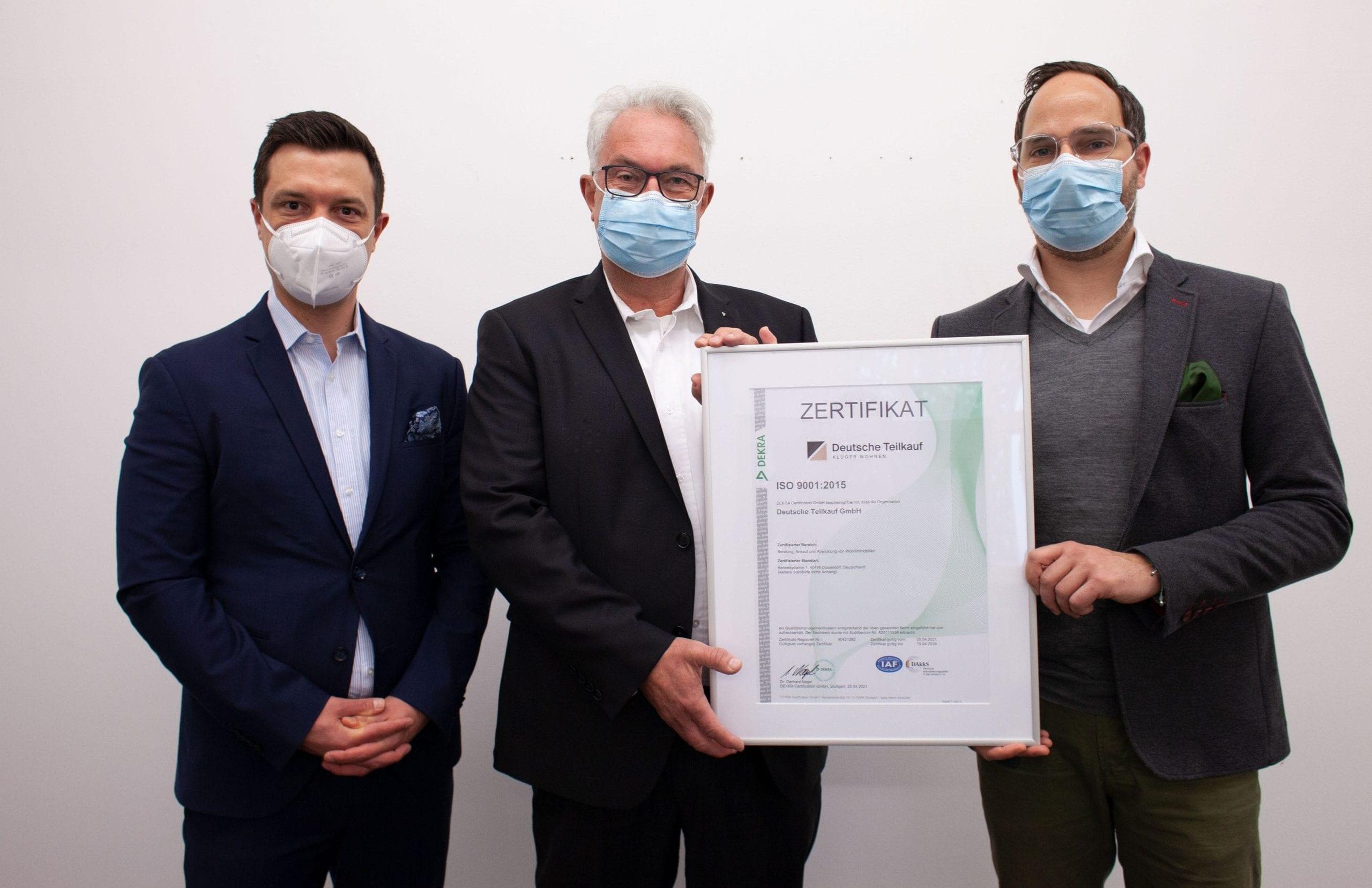 DEKRA-Gütesiegel für die Deutsche Teilkauf: Marian Kirchhoff, Manfred Scholz, André Dölker.