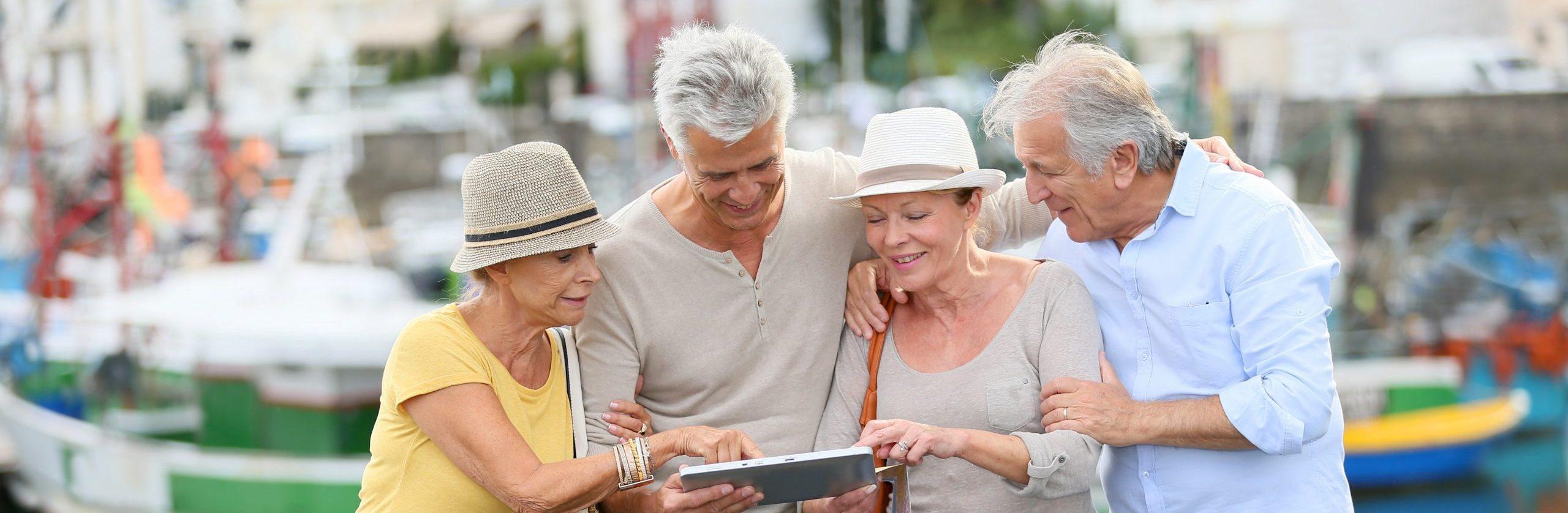 Seniorenpaare auf Reisen.